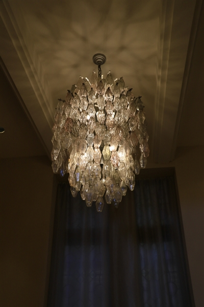 Italian mid-century poliedri chandelier designed by Carlo Scarpa, 44x31 inches (approximately 58 inches with chain), with clear, smoked, and pink colors